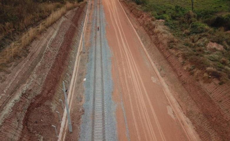 Imagem de drone mostra área onde foi realizada a construção de ferrovia em Davinópolis e encontrado o fóssil